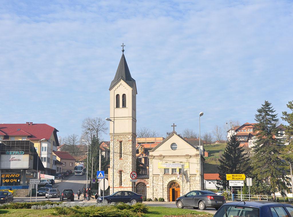 """Osim """"bijele kule"""" u Gradačcu ponosno stoji i kamena crkva   Katolički tjednik"""